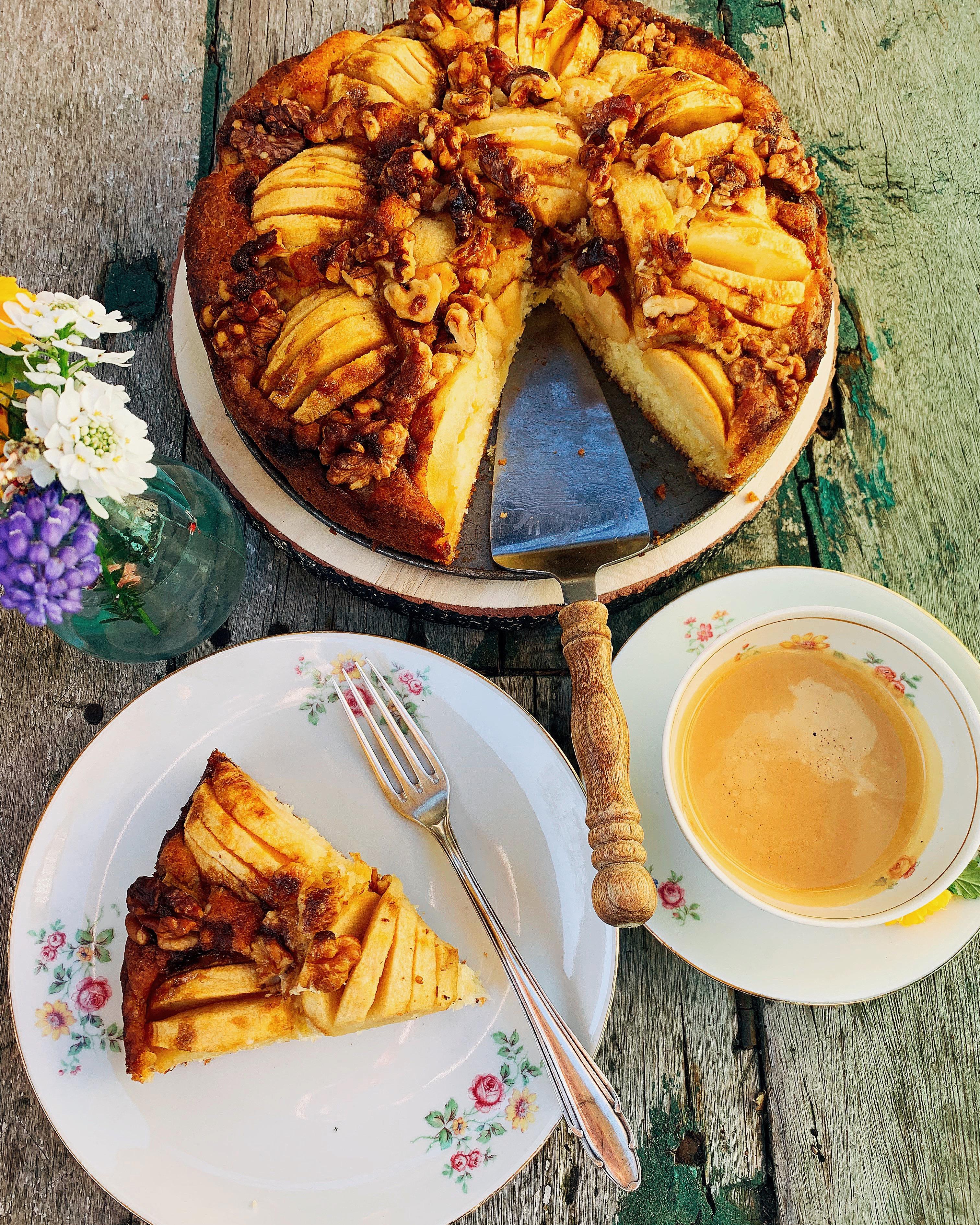 Apfelkuchen mit Walnüssen und Birkenzucker